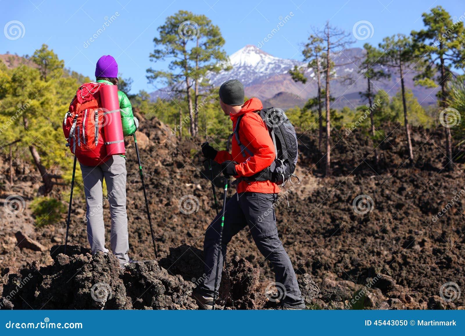 Ludzie wycieczkuje - zdrowi aktywni stylów życia wycieczkowicze