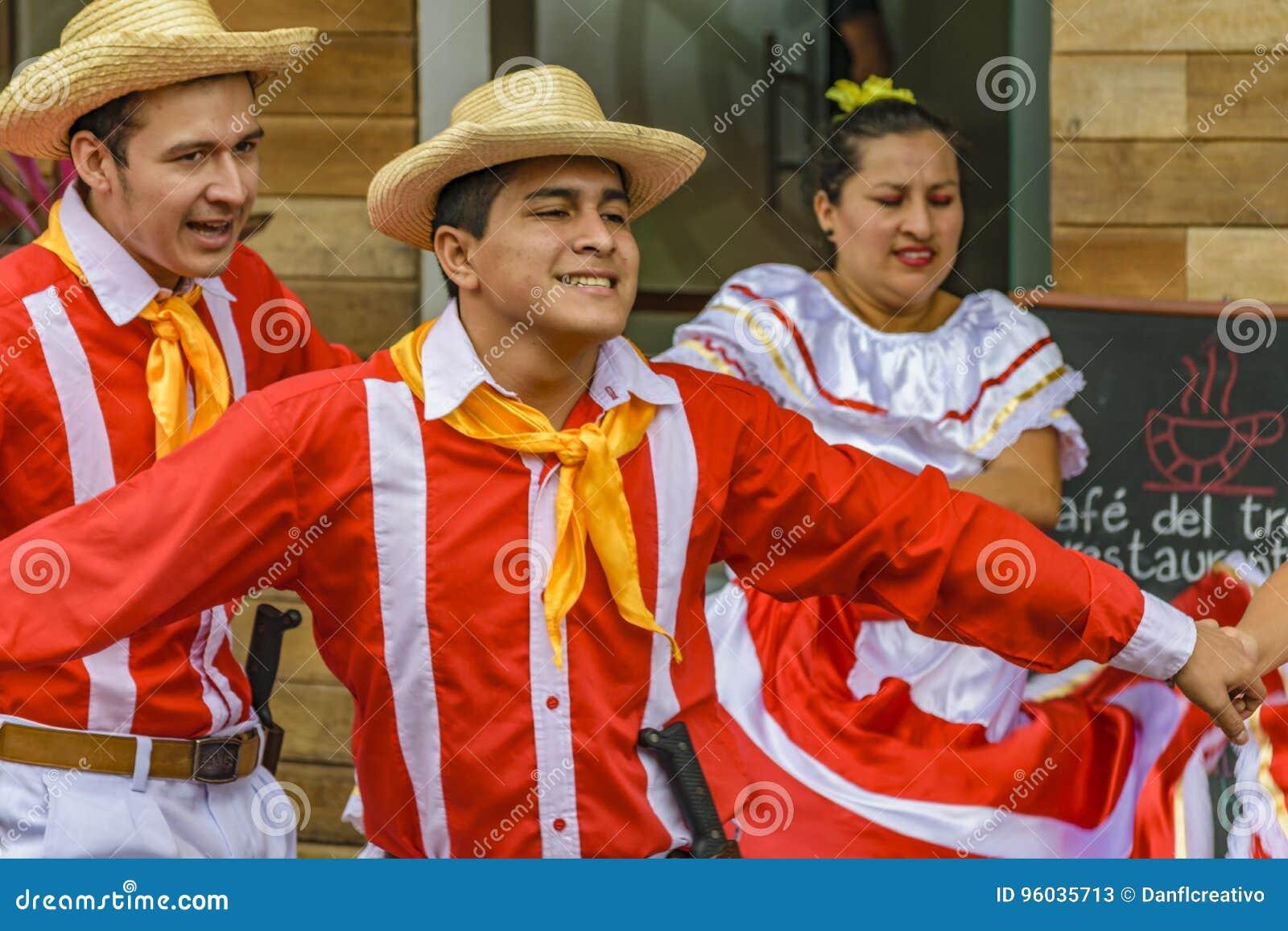 Ludzie z Typowym Kostiumowym tanem, Bucay, Ekwador