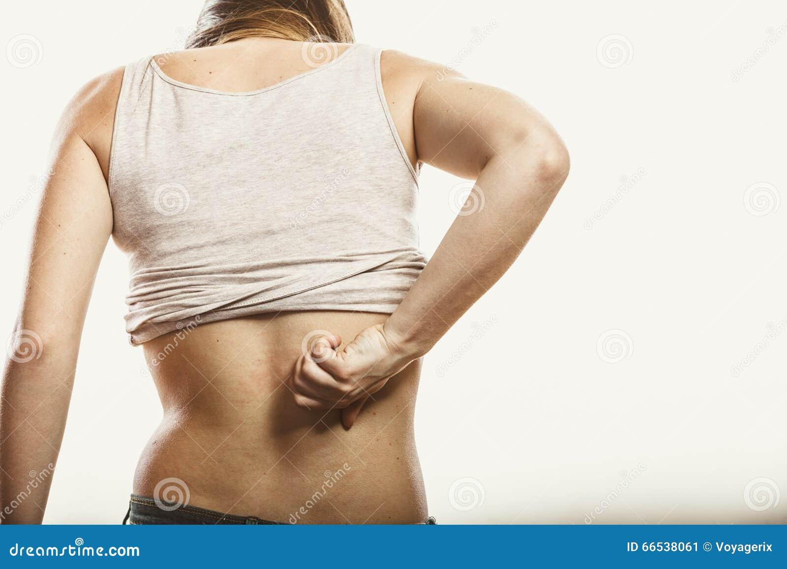 Ludzka chrobotliwa itchy tylna skóra wysypka
