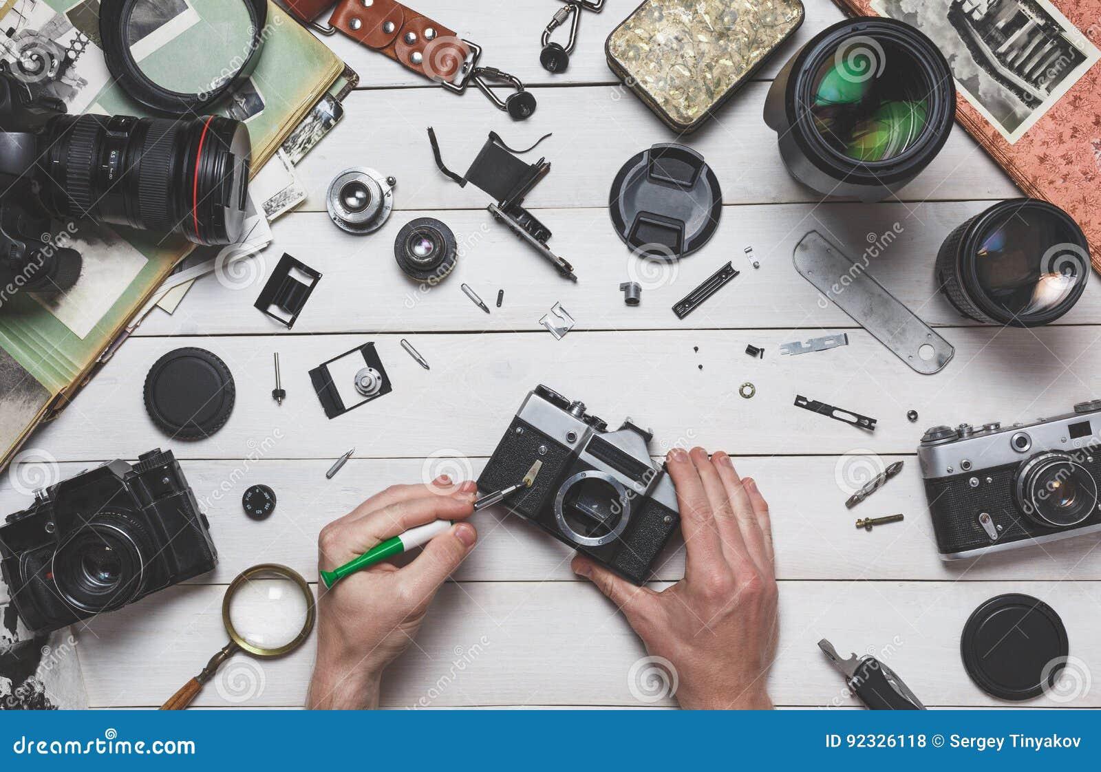 Ludzka naprawa łamająca ręki kamery naprawa, ekranowy utrzymanie fotograficznego wyposażenia pojęcie i