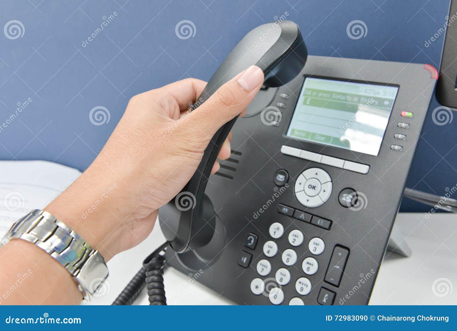 Ludzka ręka podnosi up telefon