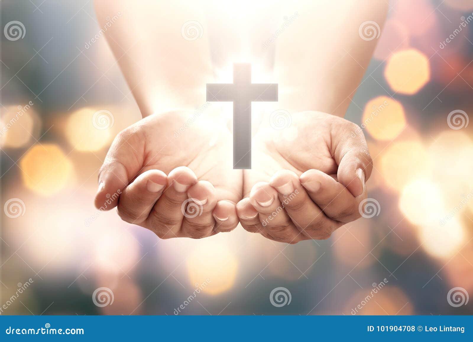 Ludzka ręka z kształta krzyżem w otwartej palmie