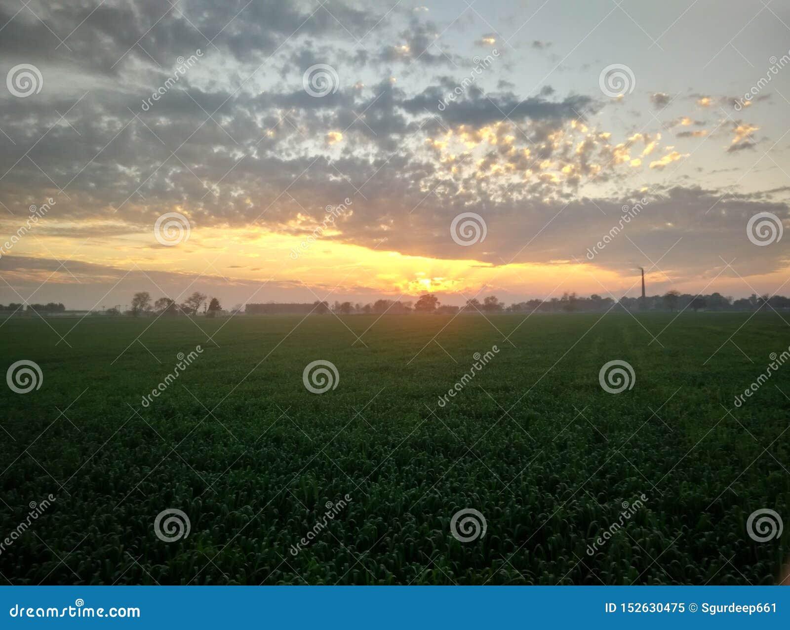 Lueur de coucher du soleil dans un village du Pendjab