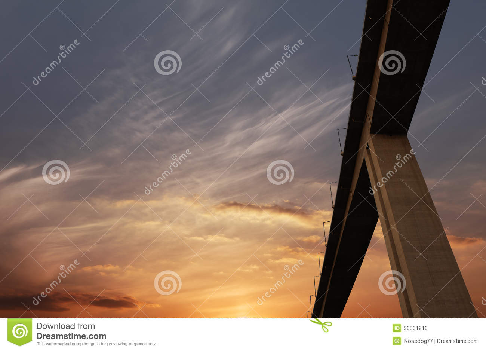 Lueur et route de coucher du soleil