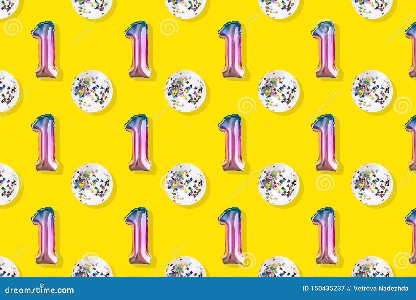 Luft-Ballone des Nummer Eins und des Balls formten Folie auf rosa Pastellhintergrund Minimalistic-Zusammensetzung des metallische