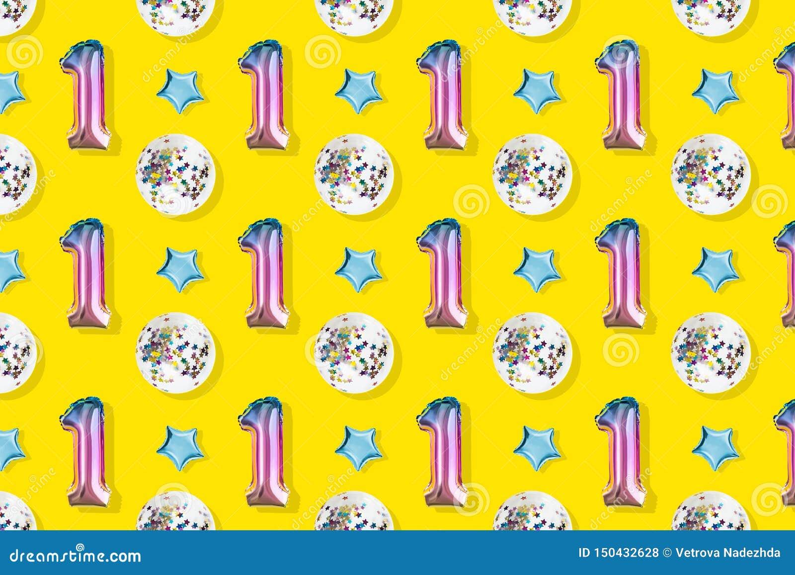 Luftballonger av nummer ett och att klumpa ihop sig formad folie på pastellfärgad rosa bakgrund Minimalistic sammansättning av de