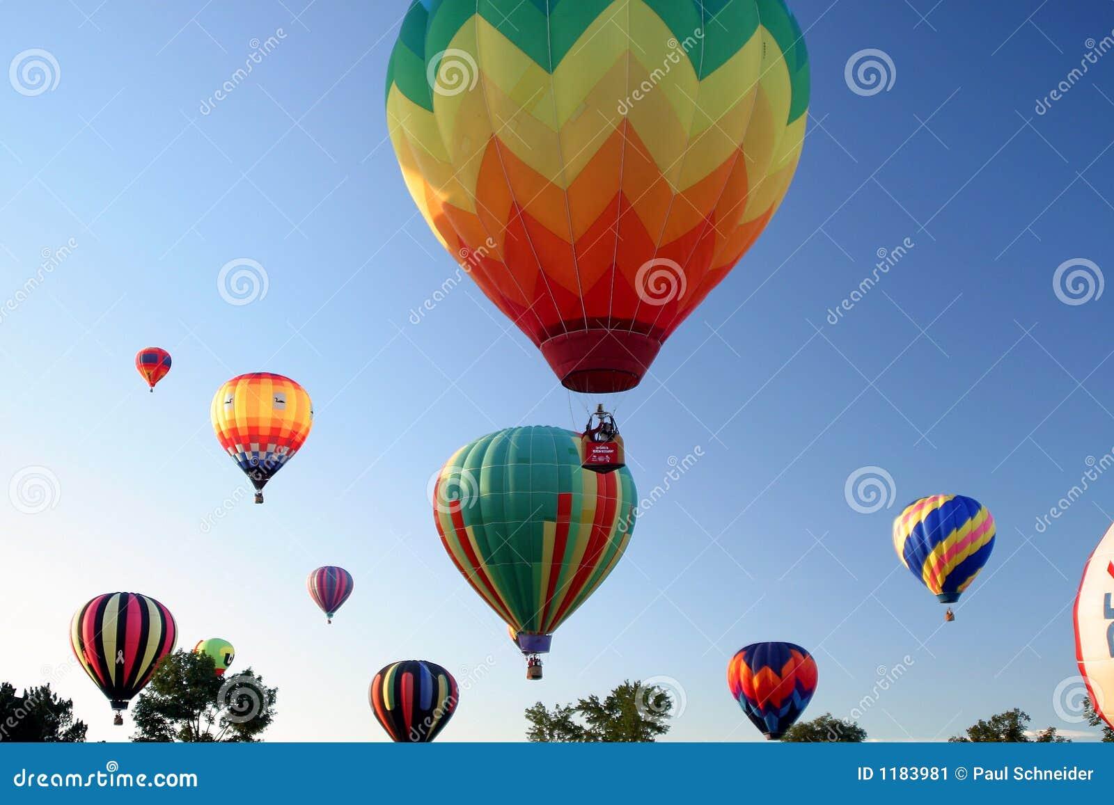 Luftballongflygande colors varmt