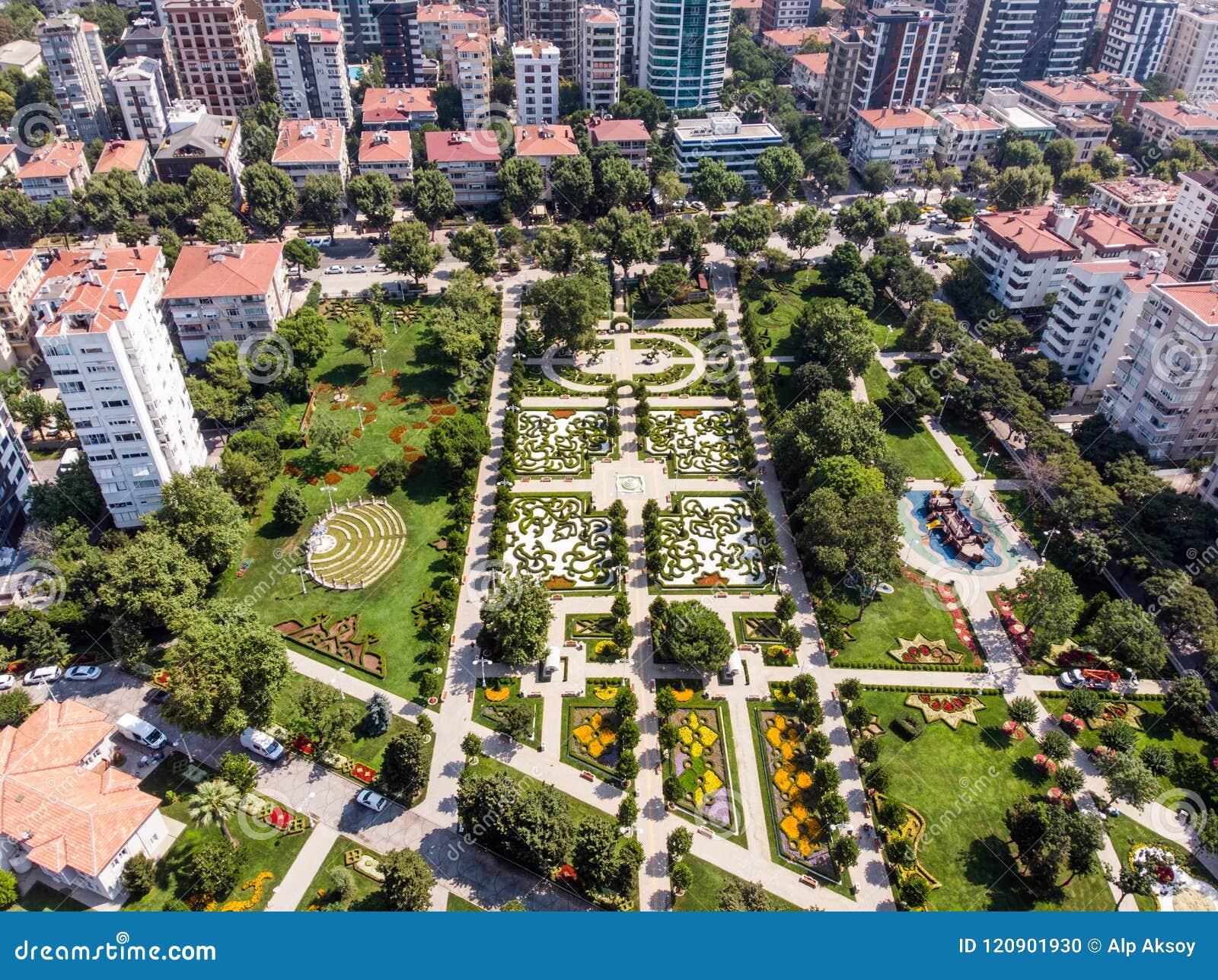 Luftbrummen-Ansicht des 60. Jahr-Parks Goztepe gelegen in Kadikoy, Istanbul