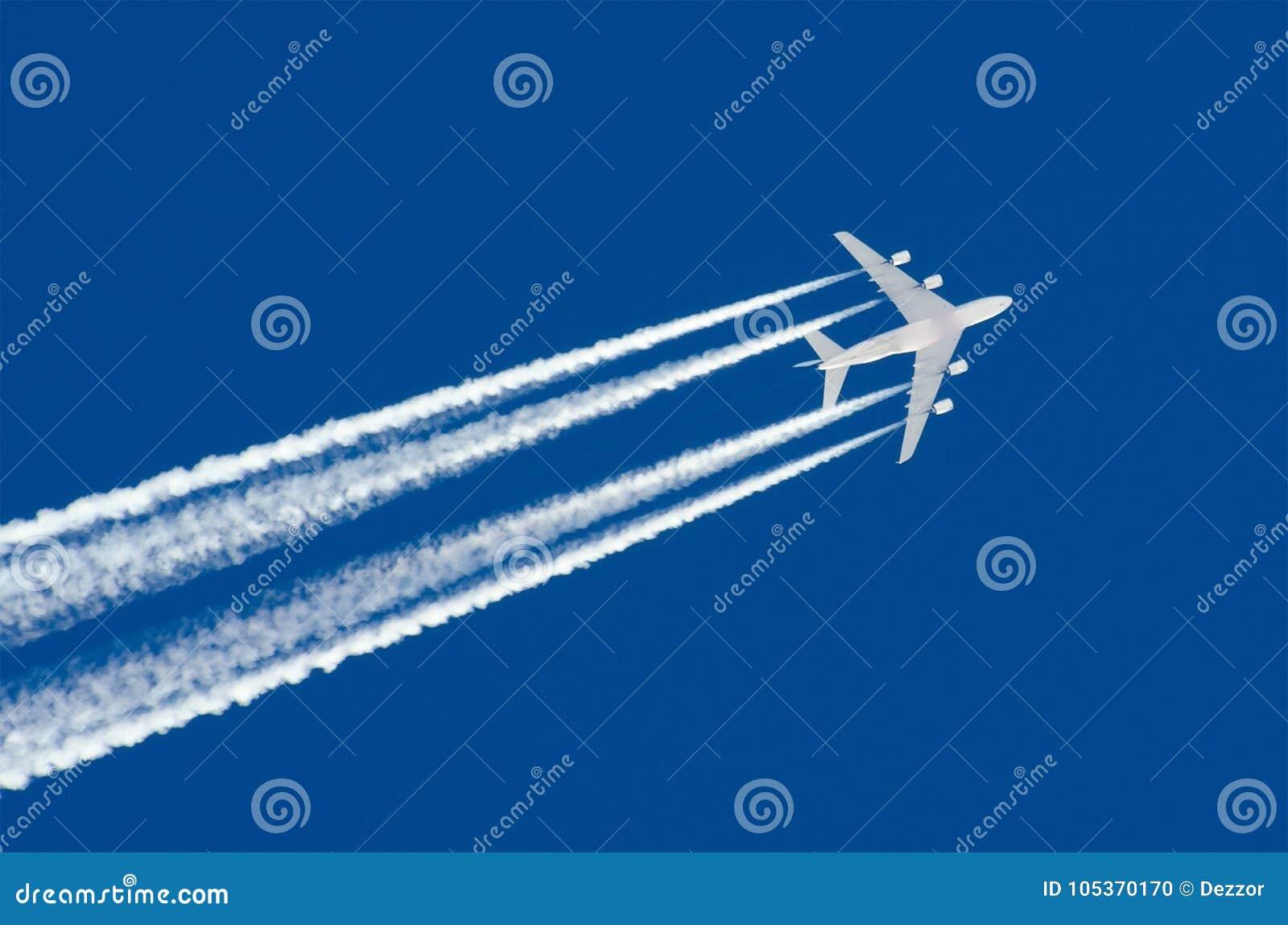 Luftfahrt-Flughafen Contrail mit vier Maschinen des enormen Flugzeuges bewölkt sich großer