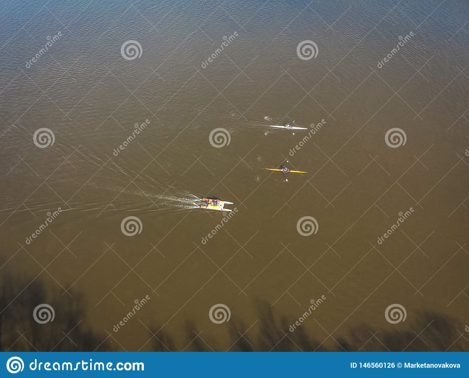 Luftfoto des rudernden Trainings auf dem Fluss