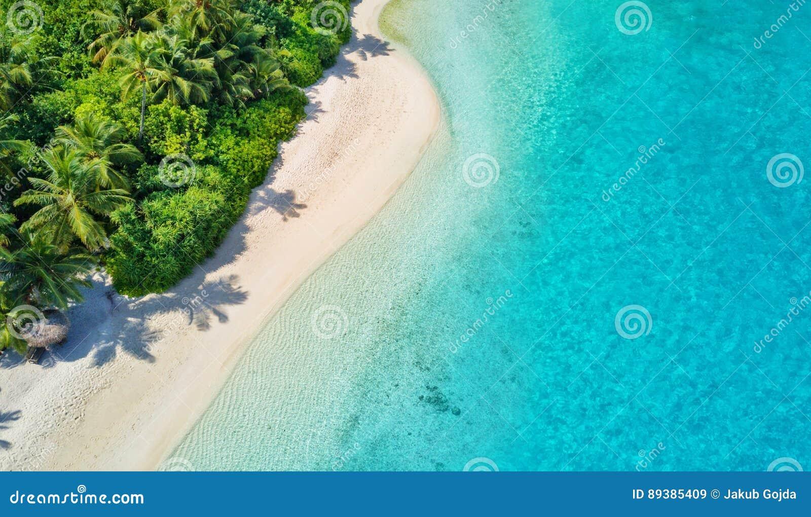 Luftfoto von tropischen Malediven setzen auf Insel auf den Strand