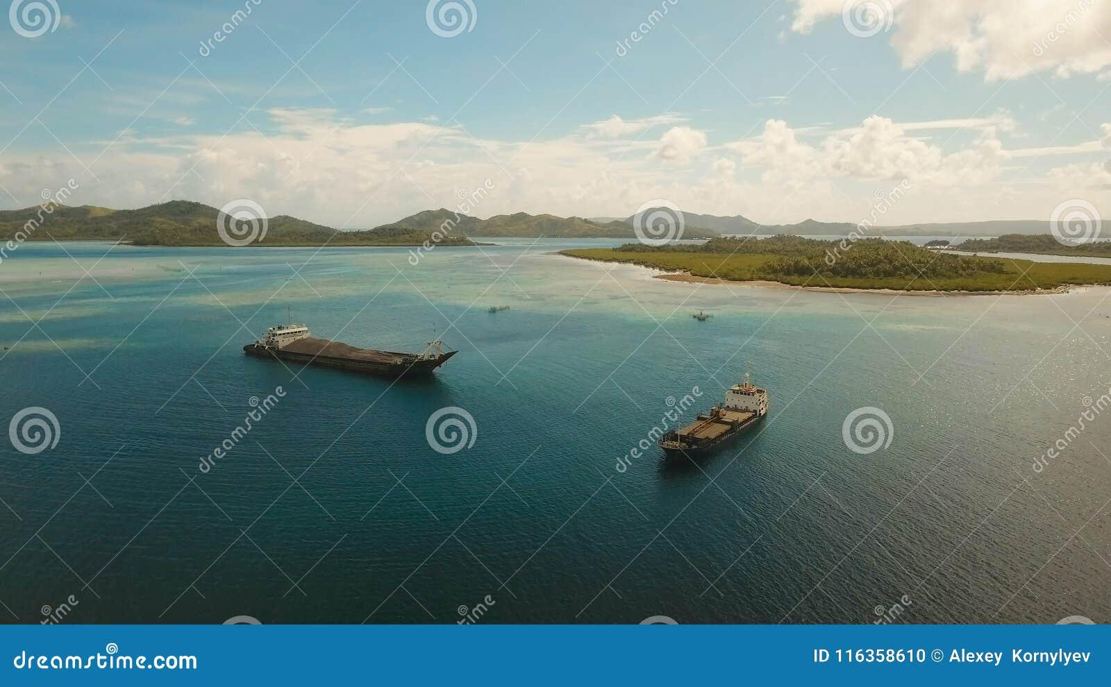 Luftfracht- und Passagierschiffe im Meer Philippinen, Siargao