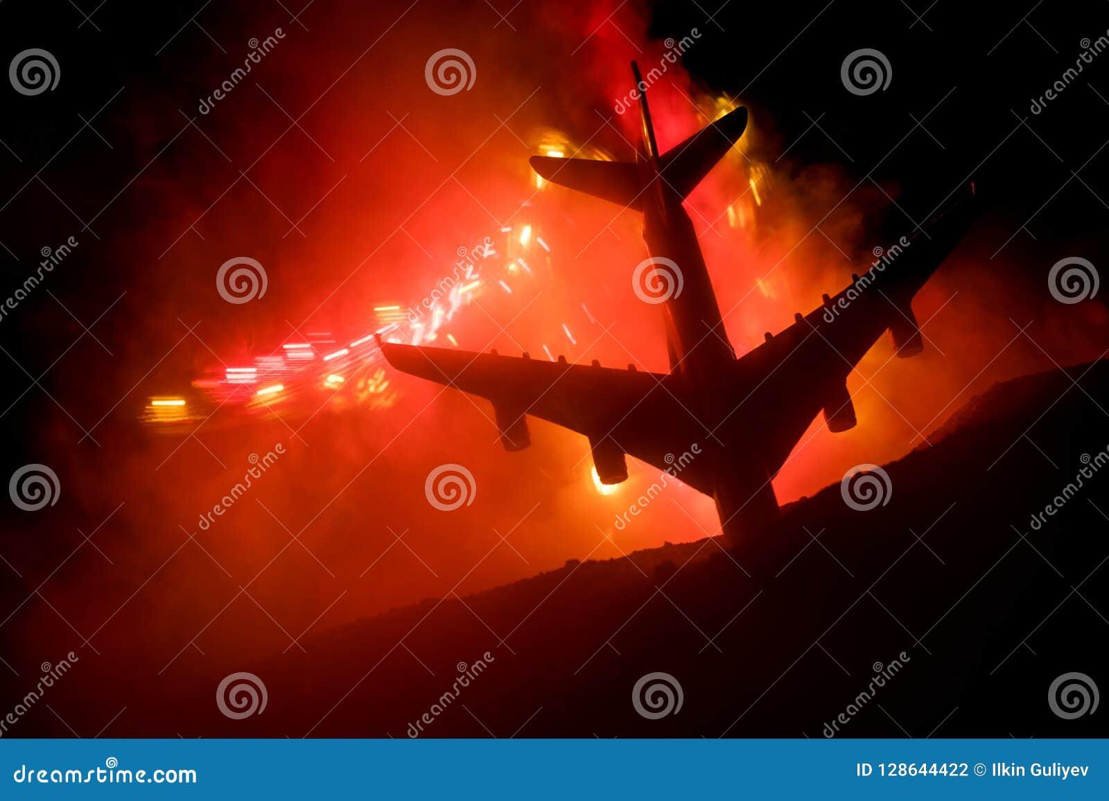 Luftkrasch Brinnande fallande nivå Nivån som kraschas till jordningen Dekorerat med leksaken på mörk brandbakgrund Concep för luf
