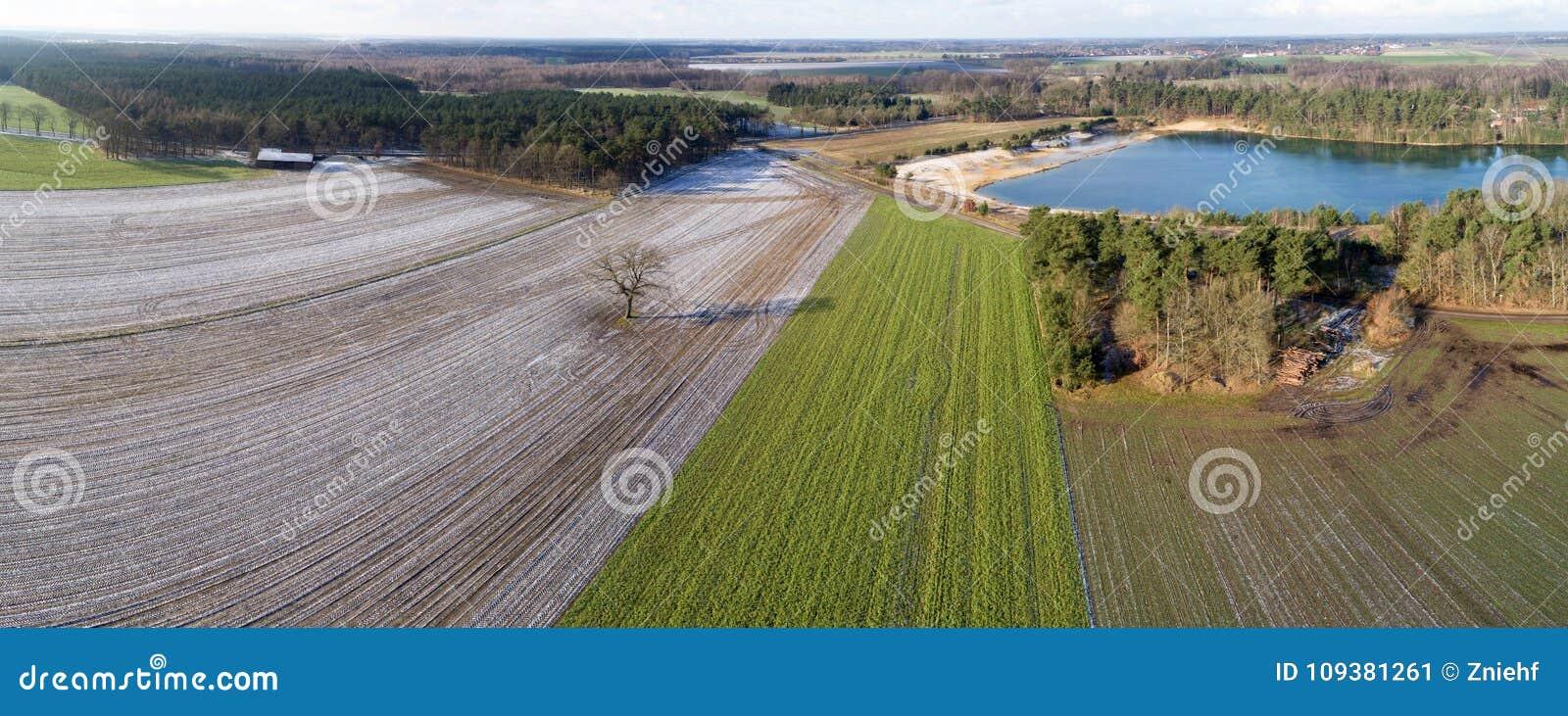 Luftlandschaftsansicht, Luftfoto mit einem See, Felder, Wiesen, Wälder und eine Straße, Panorama als Fahne für ein Blog oder Webs