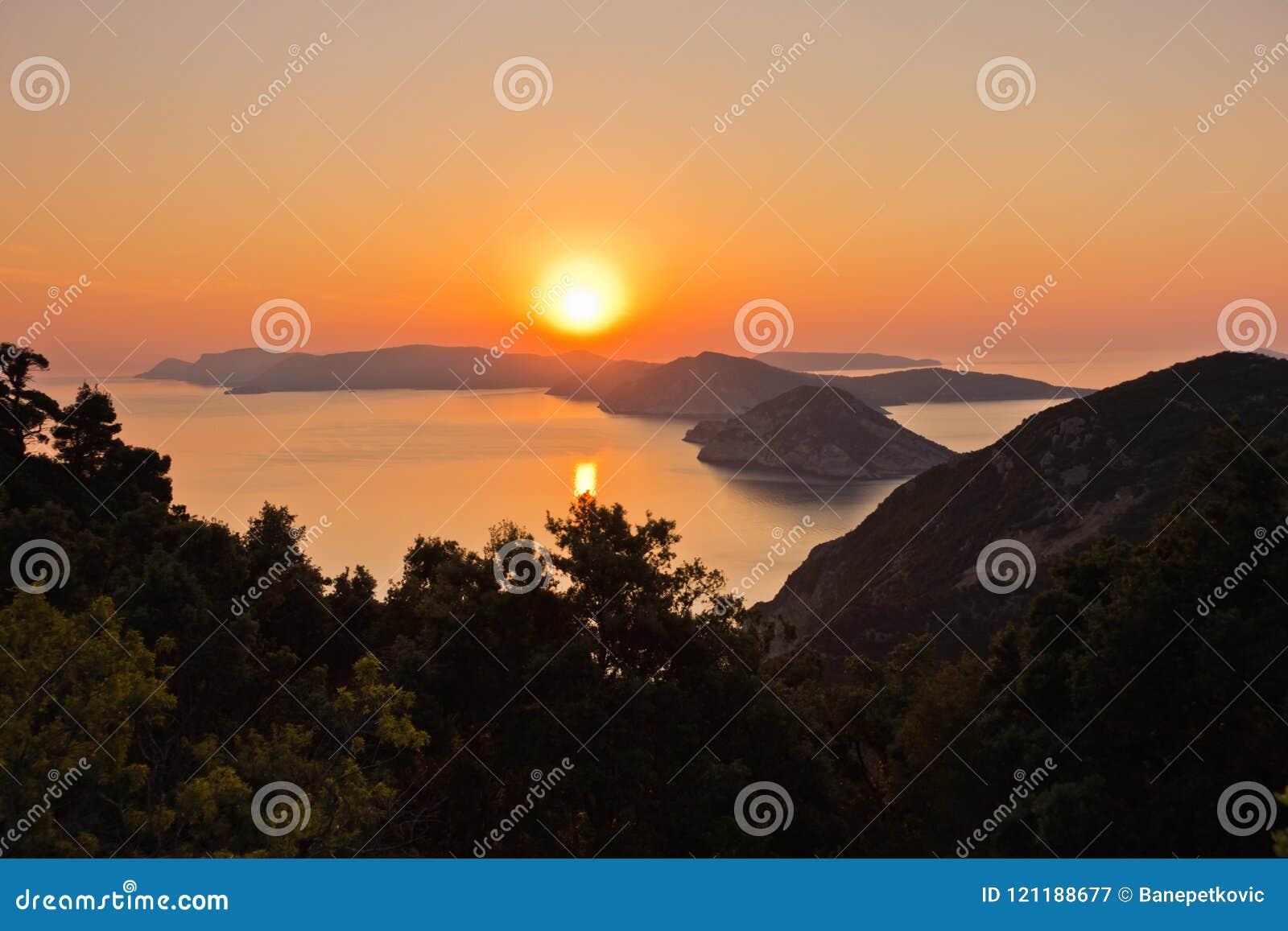 Luftsonnenaufgang hinter Alonisos-Insel von der Spitze eines Hügels in Skopelos