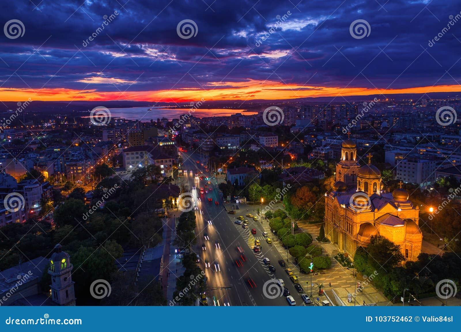 Luftsonnenuntergangansicht von Varna-Stadt, Bulgarien