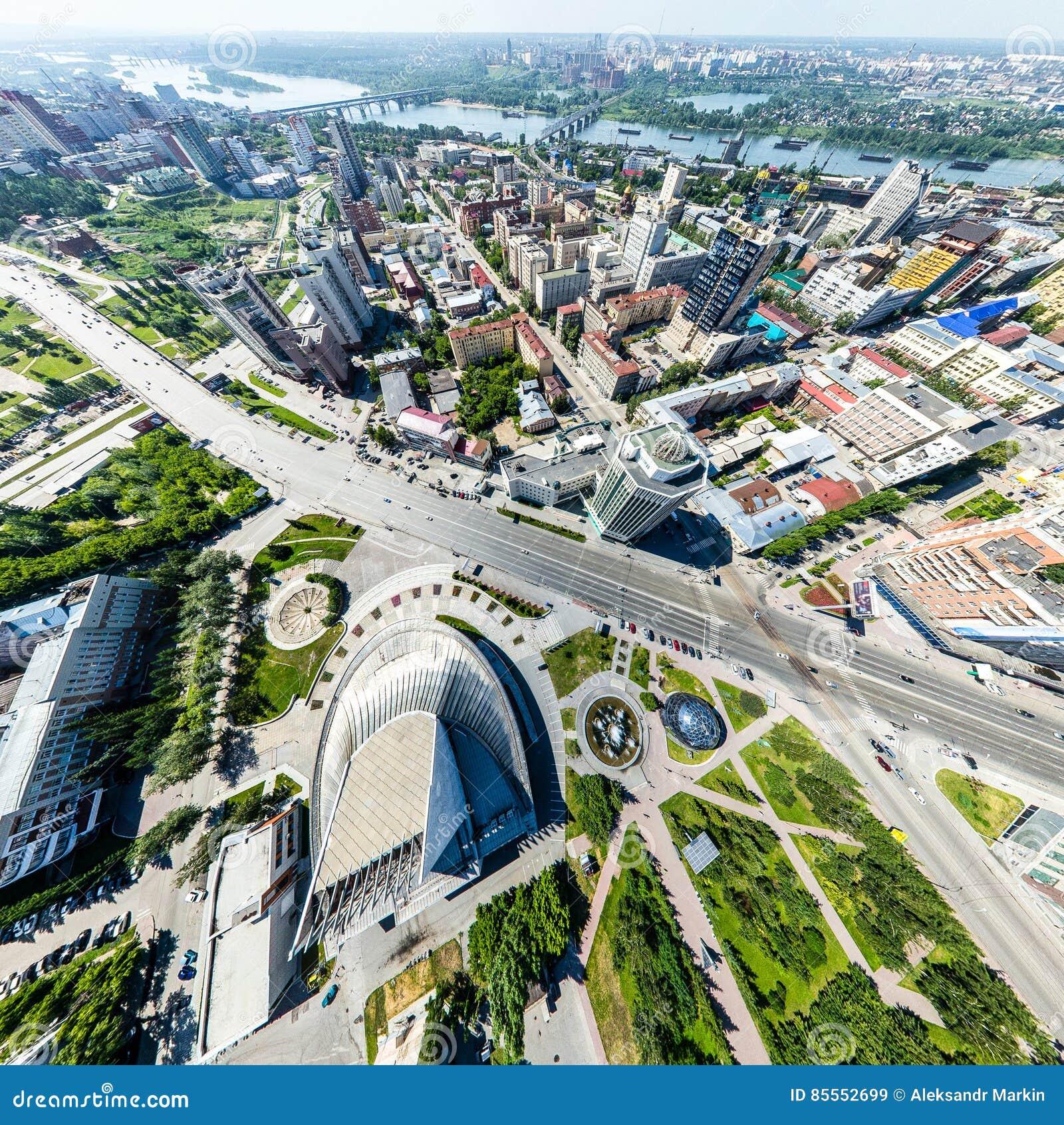 Luftstadtansicht mit Straßen, Häusern und Gebäuden