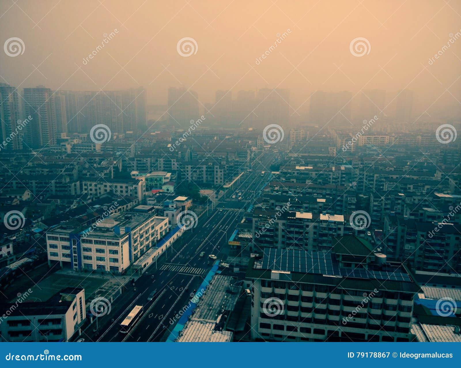 Luftverschmutzung einer regelmäßigen Stadt im Porzellan