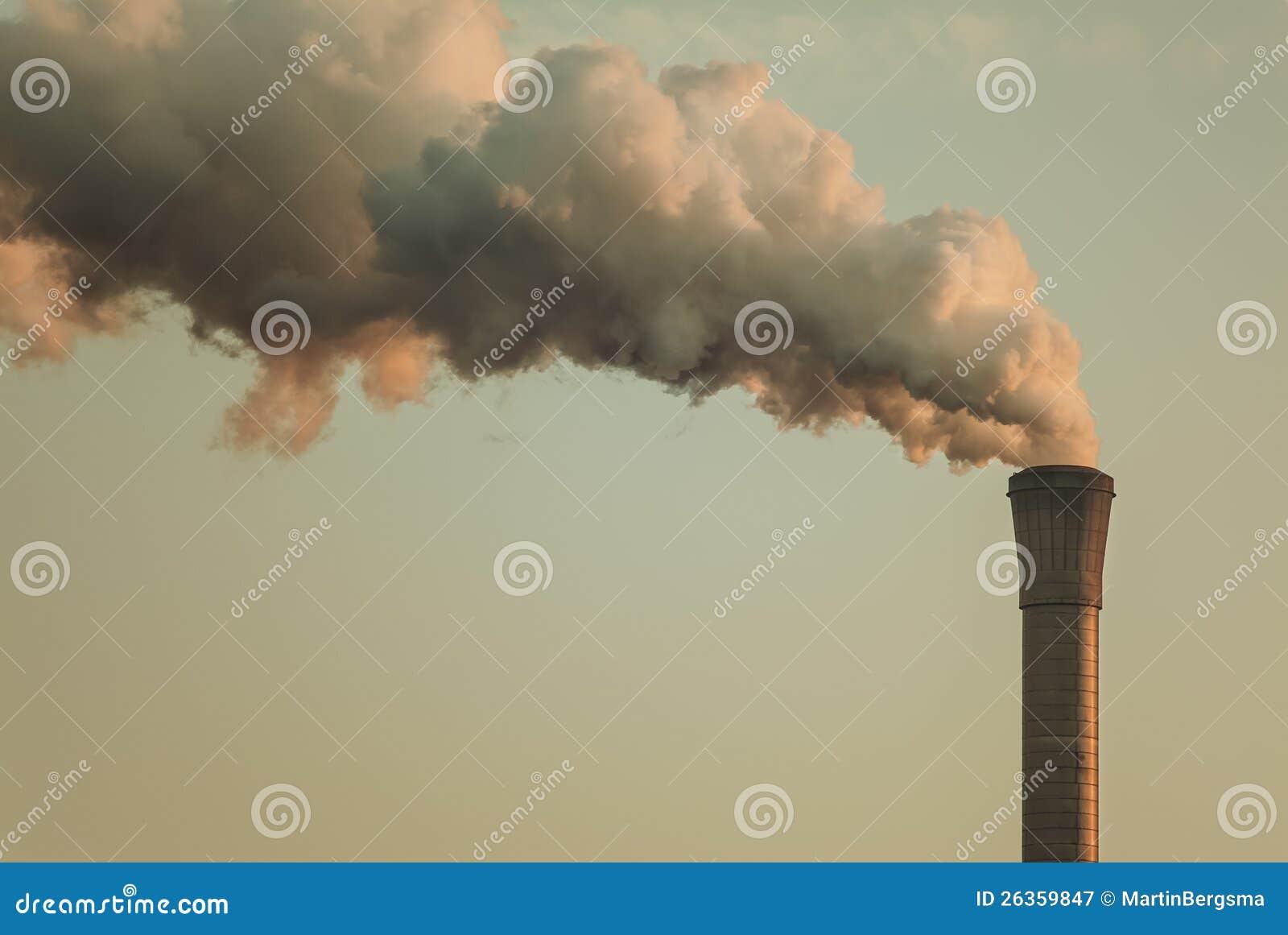 Luftverschmutzung von einem Fabrikrohr