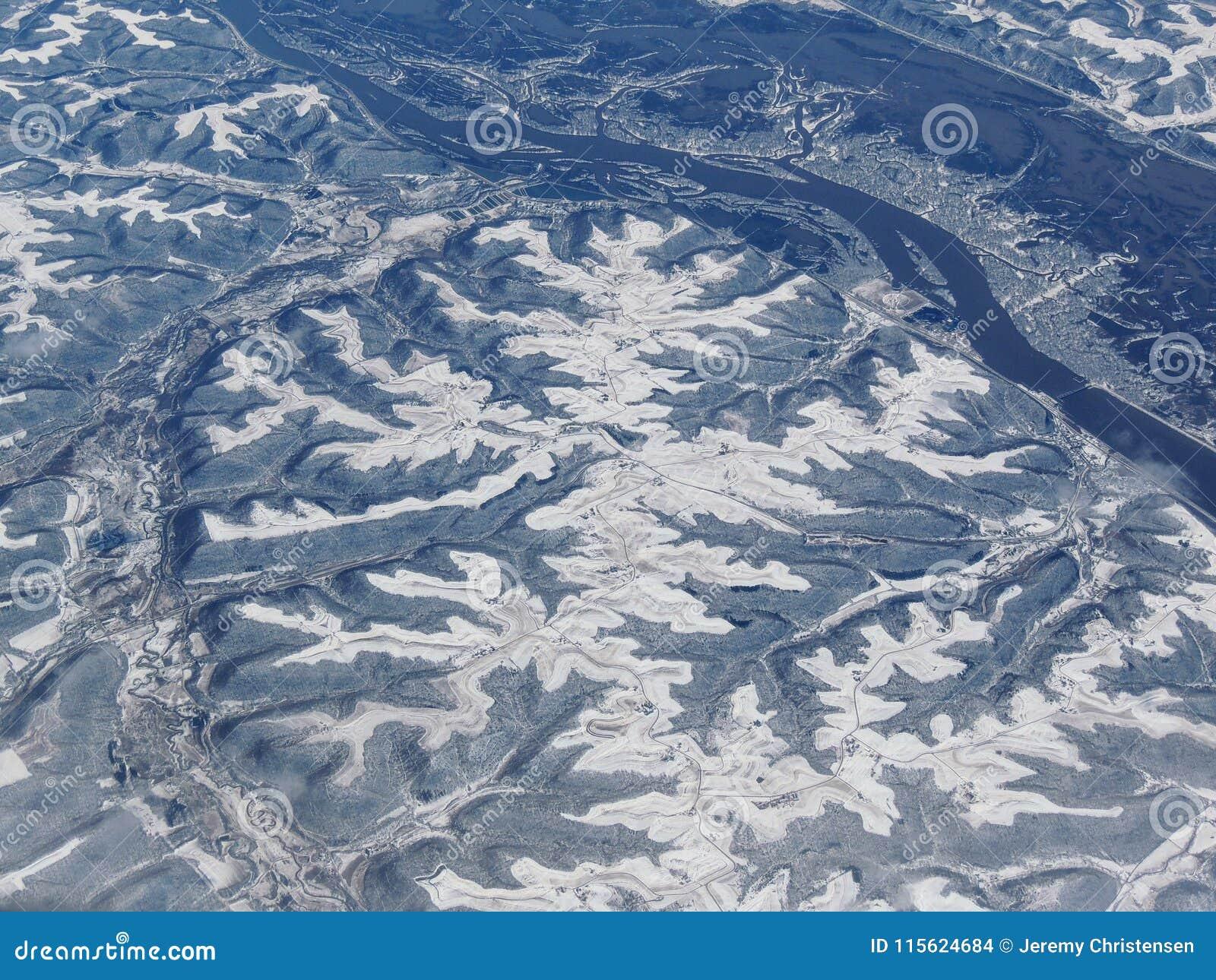 Luftwinterschnee-Landschaftsansicht des ländlichem und Stadtlandes zwischen Minneapolis Minnesota und Indianapolis Indiana mit st