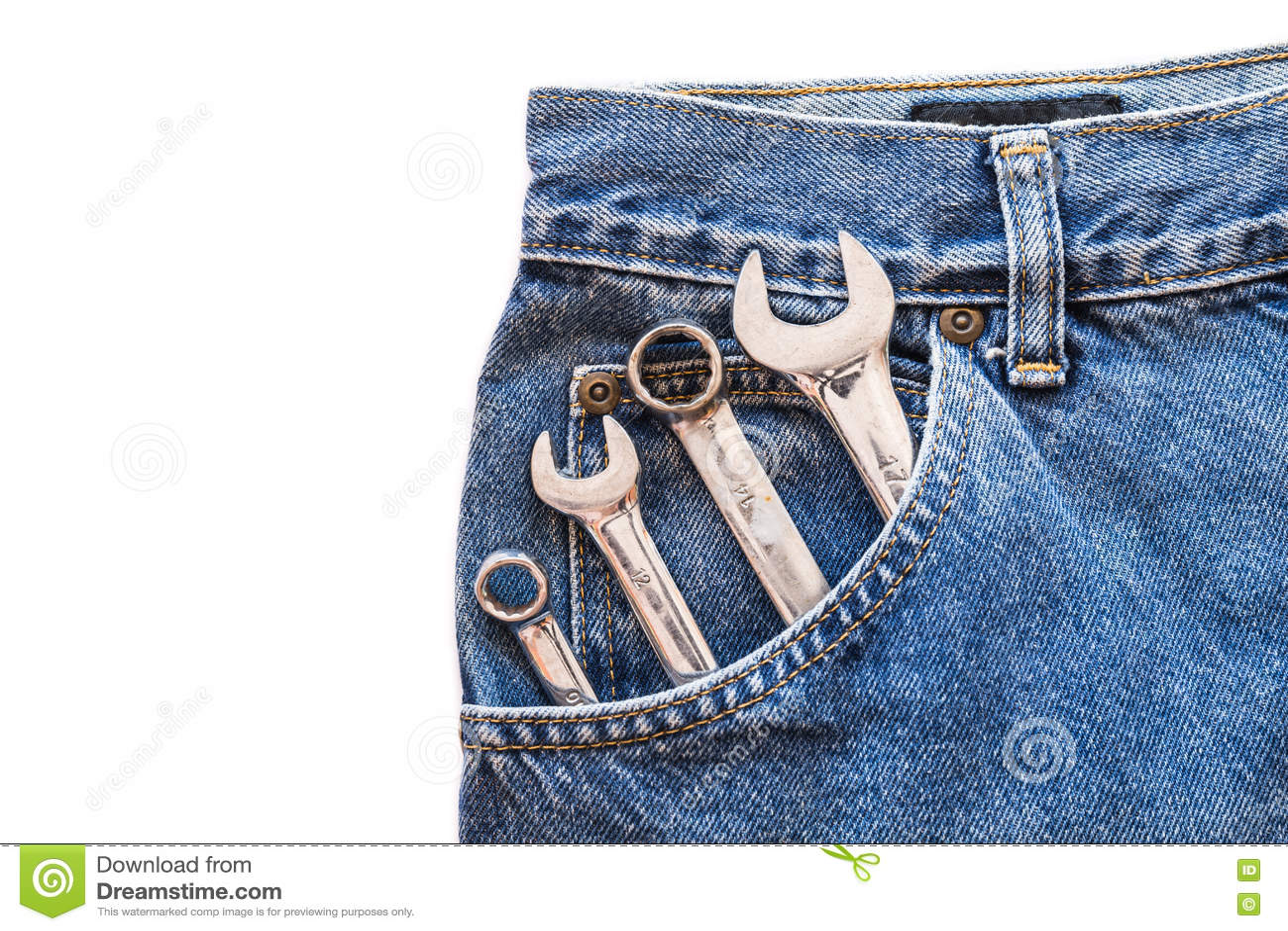 Lug χρωμίου το γαλλικό κλειδί και το κλειδί στην μπροστινή τσέπη τζιν παντελόνι στο λευκό απομόνωσαν το υπόβαθρο