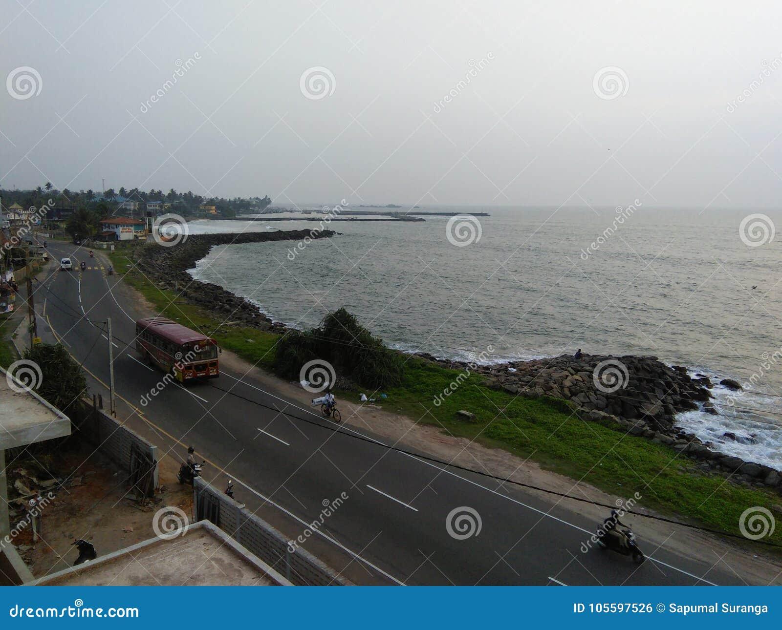 Lugar bonito do lado da praia de Sri Lanka