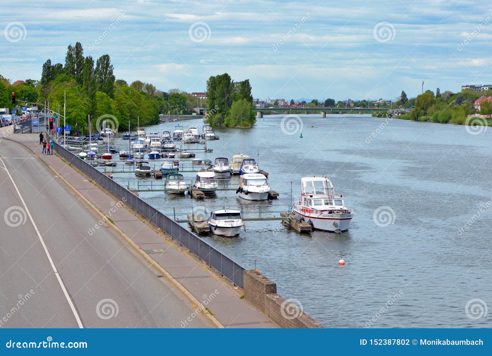 Lugar de aterrissagem para barcos privados pequenos no mais baixo banco de rio de Neckar dentro