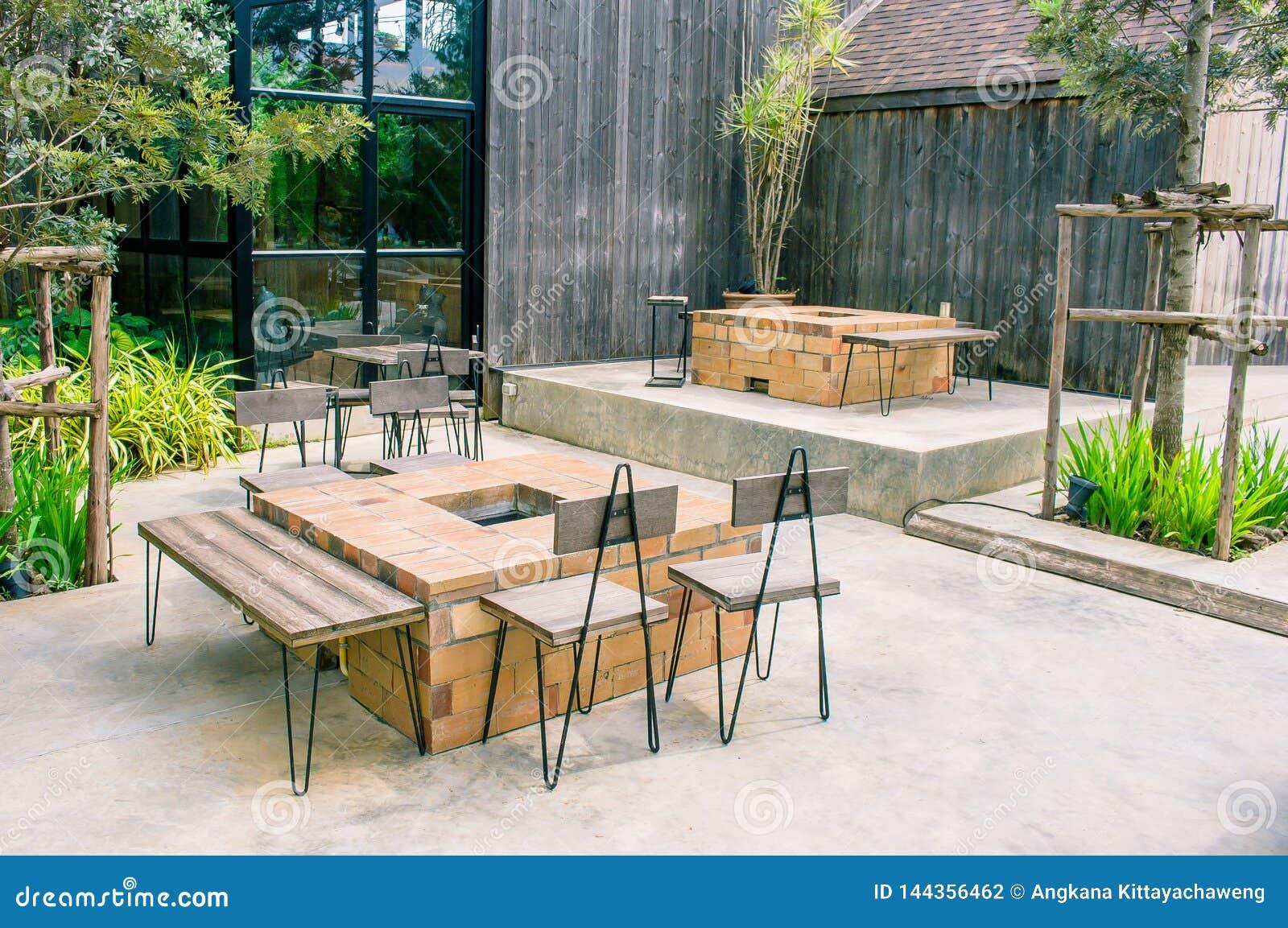 Lugar De La Tabla Y De La Silla En Terraza Fuera Del Café