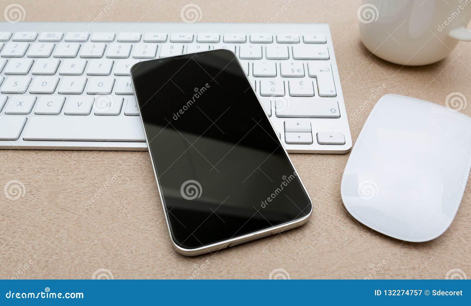 Lugar de trabajo con la maqueta moderna del teléfono móvil
