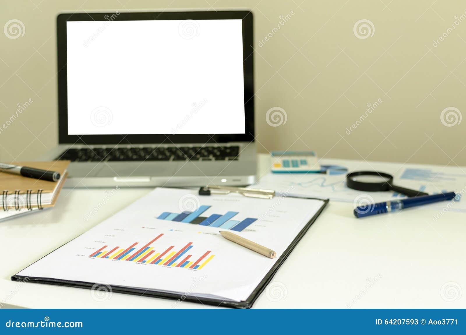 Lugar de trabajo de la oficina con el ordenador portátil