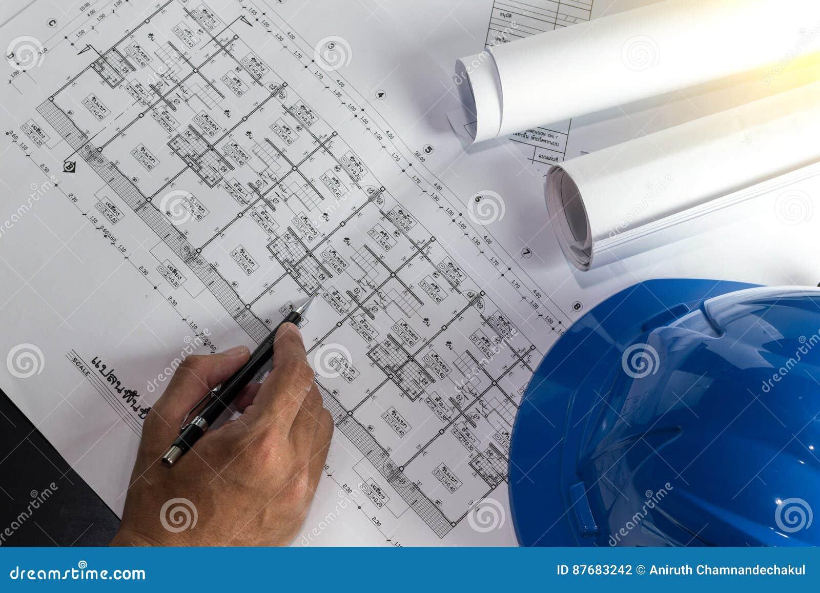 Lugar de trabajo del arquitecto - rollos y planes del arquitecto arquitectónico