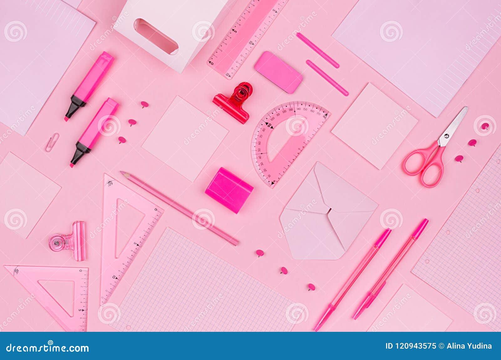 Lugar de trabajo del arte del concepto para los diseñadores - accesorios rosados de la oficina del color en el fondo rosa claro s
