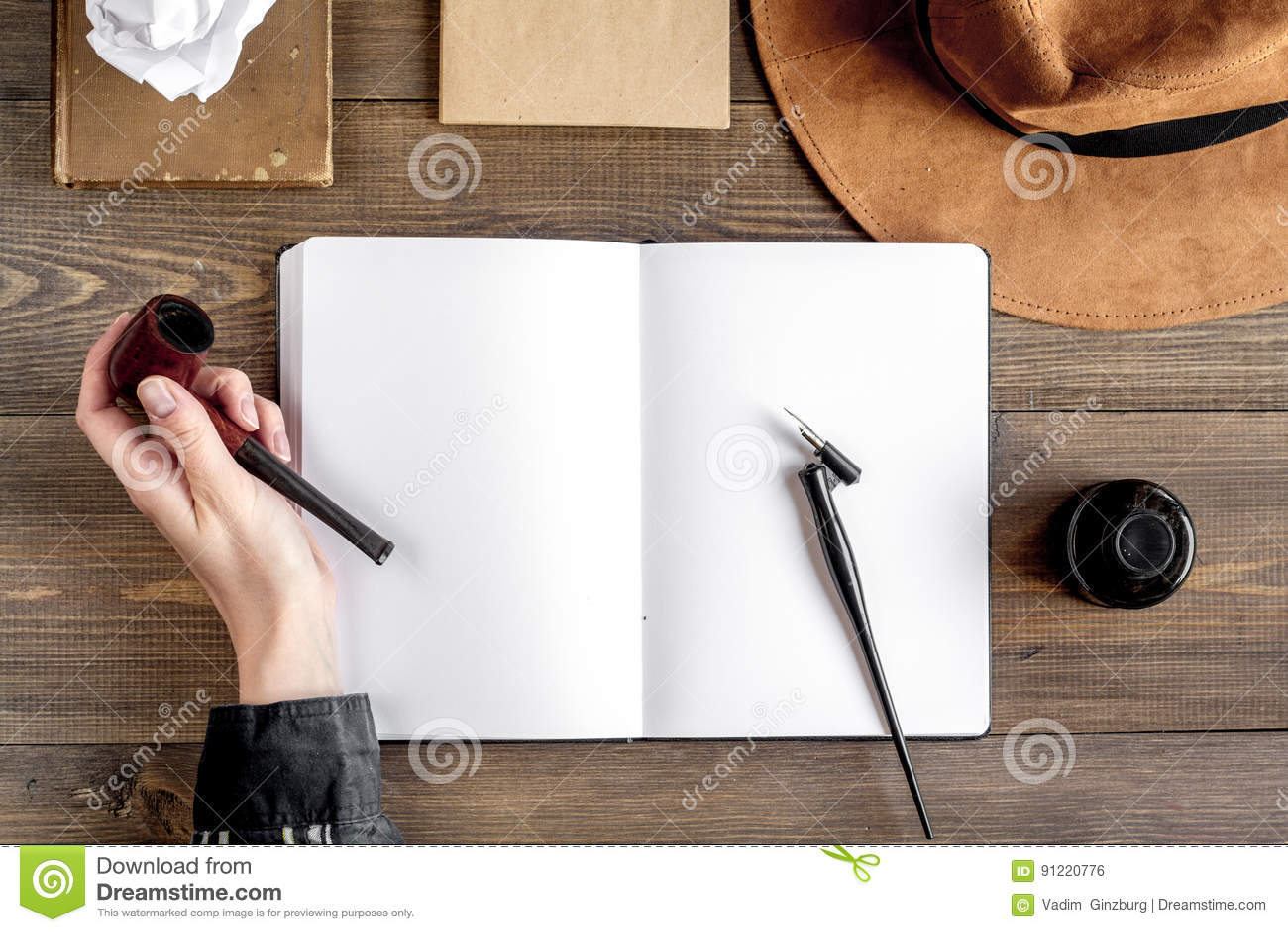 Lugar De Trabajo Del Escritor Con Las Herramientas En La Opinión ...