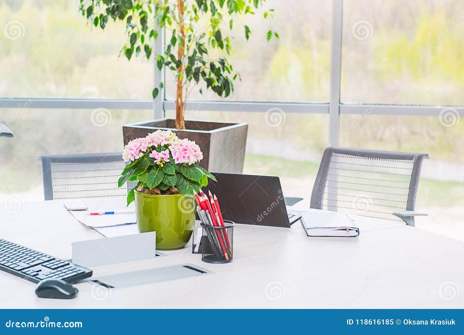 Elegantes Escritorios De Oficina Modernos.Lugar De Trabajo Elegante Moderno De Oficina Cerca De La