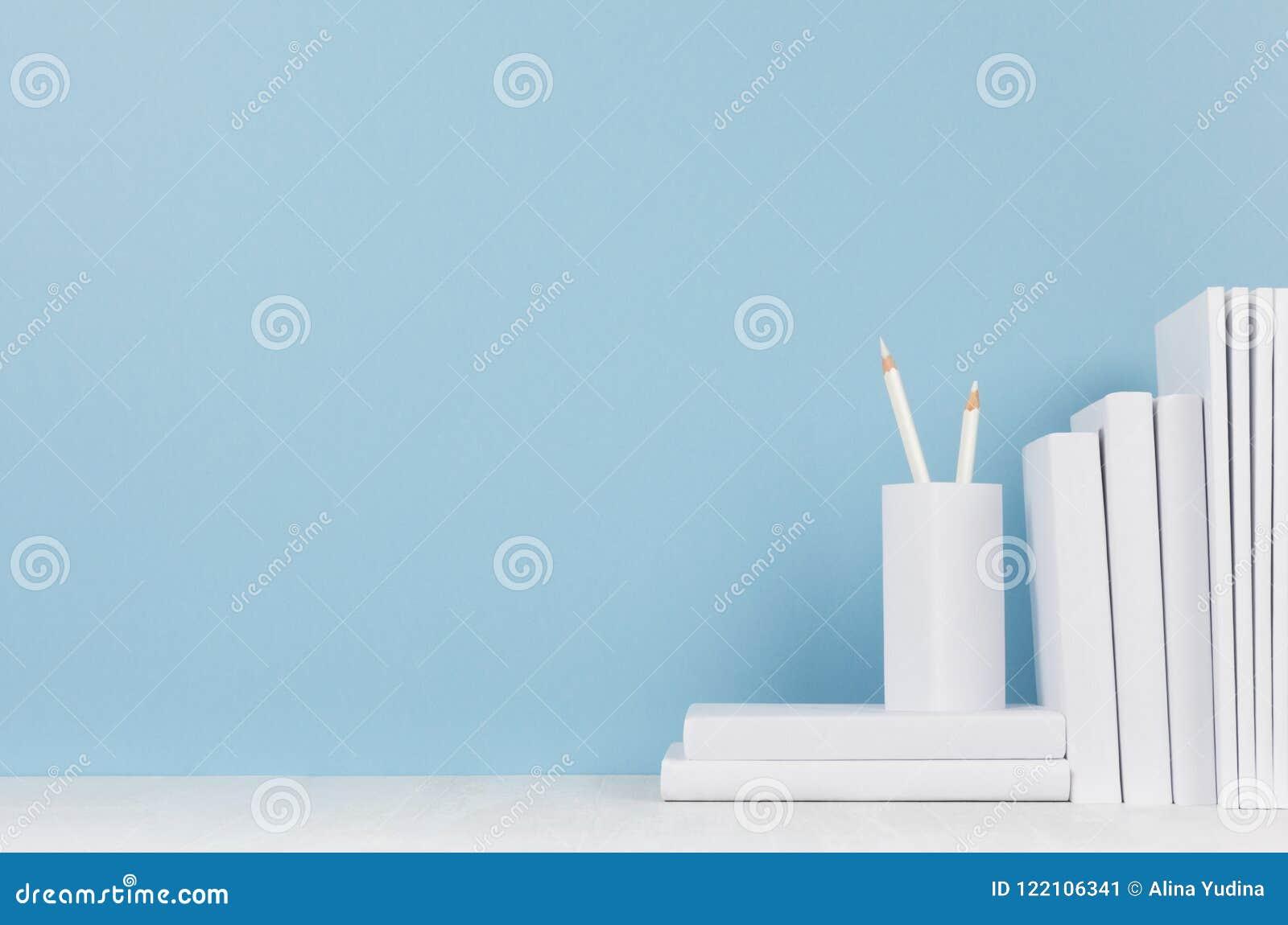 Lugar de trabajo moderno del estilo - efectos de escritorio blancos en el escritorio azul suave del fondo y de la luz con el espa