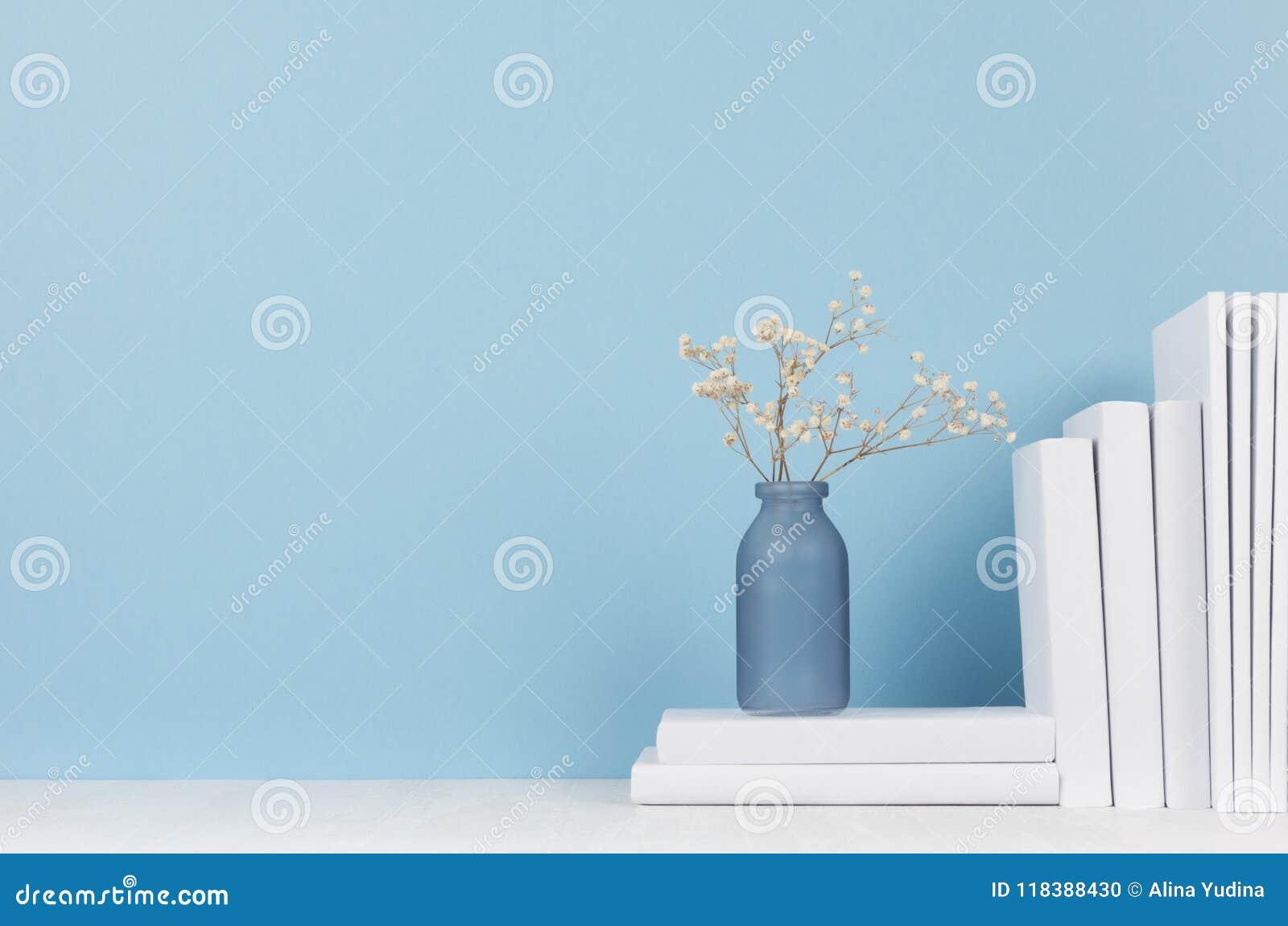 Lugar de trabajo moderno del estilo - florero blanco de los efectos de escritorio y del vidrio con las flores secas en el escrito
