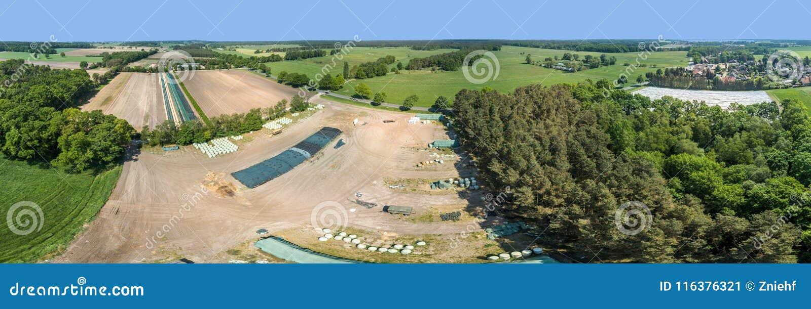 Lugar de uma exploração agrícola em Alemanha, panorama composto do armazenamento de fotos aéreas de alta resolução