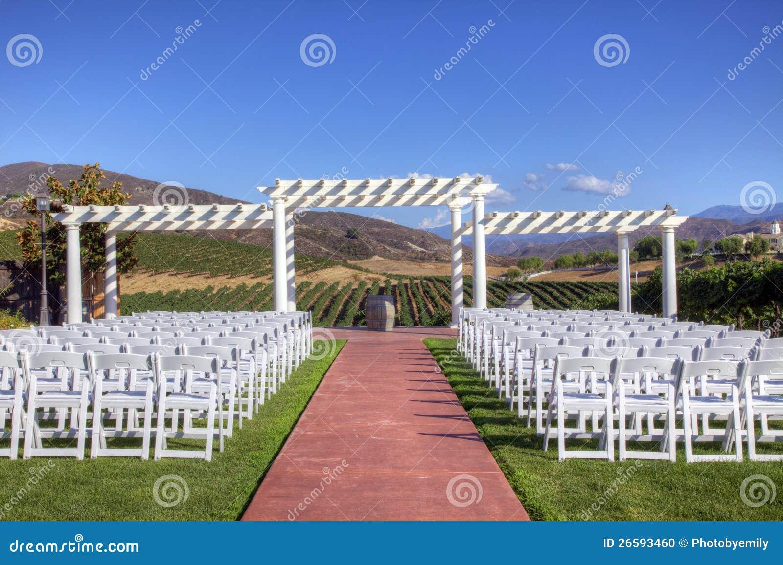 Lugar del acontecimiento con las sillas de plegamiento blancas