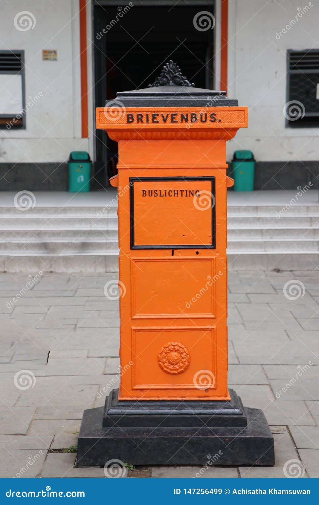 Lugar retro anaranjado del buzón en el cuadrado de Fatahilah en Jakarta