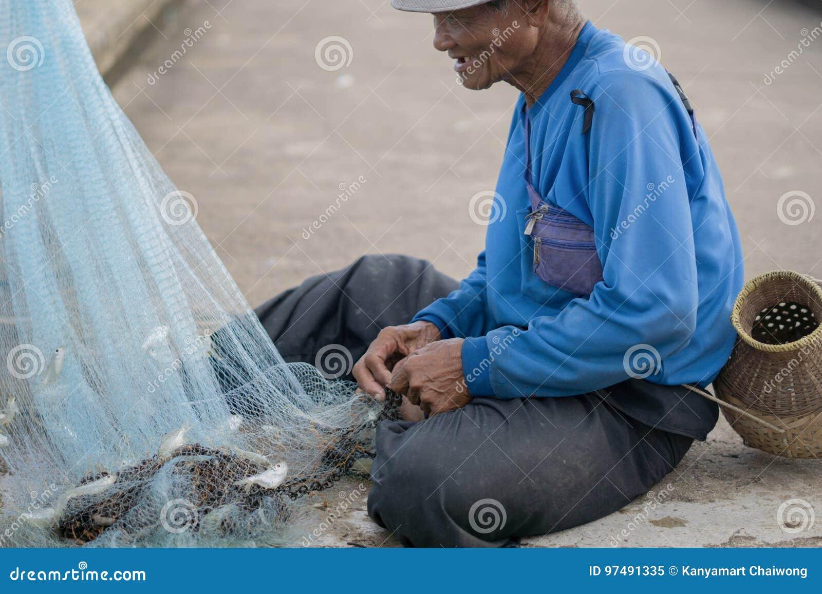 12 luglio 2017 - Chantaburi, Tailandia - pescatori anziani che eliminano i fis