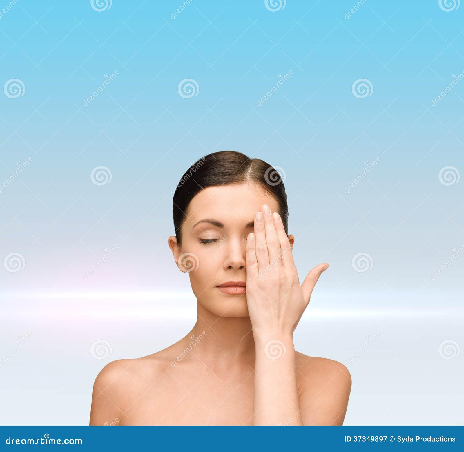 Lugna beläggningframsida för ung kvinna med handen