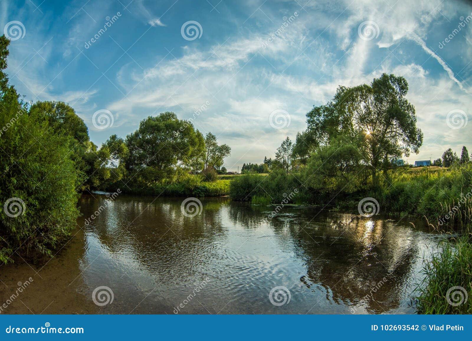 Lugna flod i sommaren Ställe för att fiska i floden