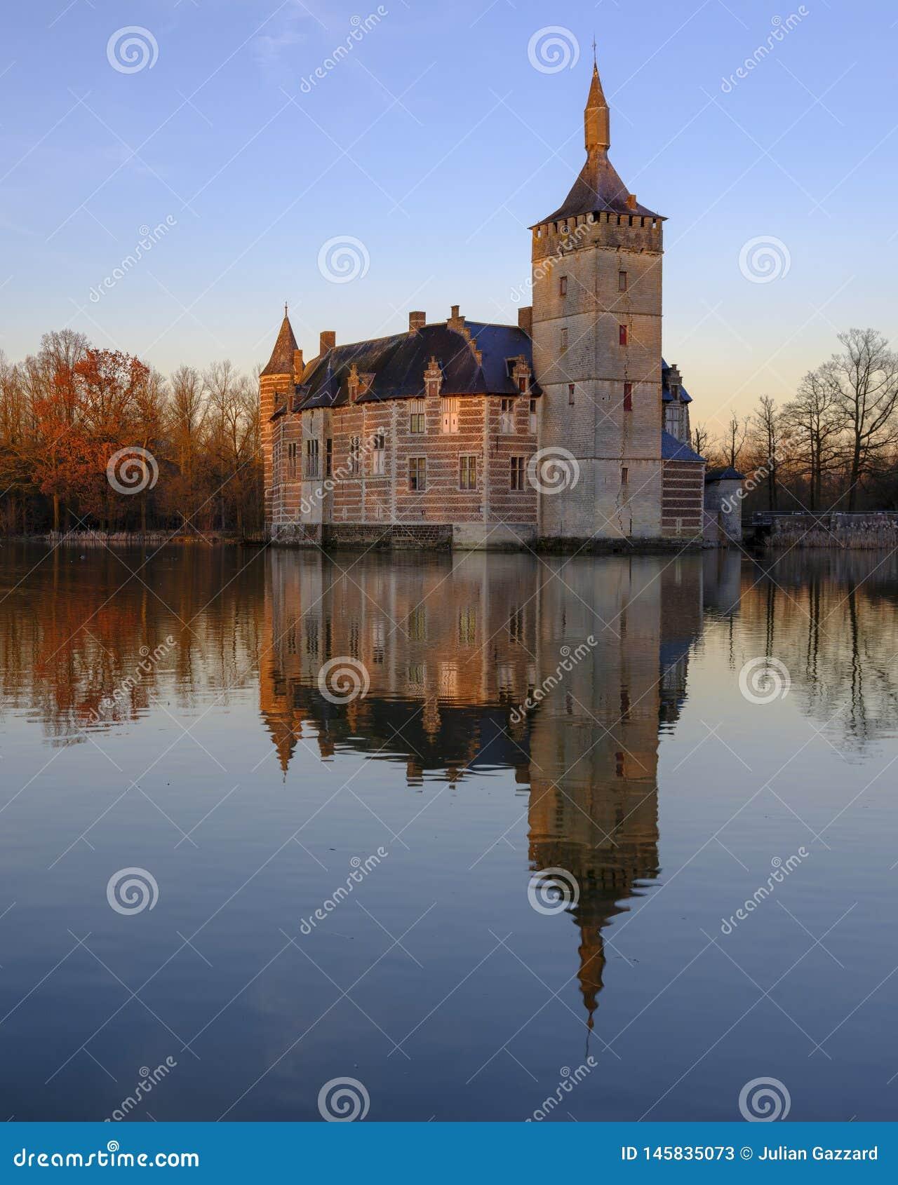 Lugna solnedgång och reflexioner Kasteel skåpbil Horst nära Holsbeek, Vlaanderen, Belgien