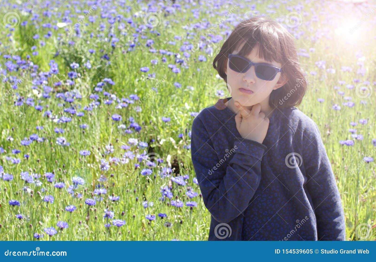 Lugna uttråkat barn med solglasögon som dagdrömmer, solgloriaeffekt