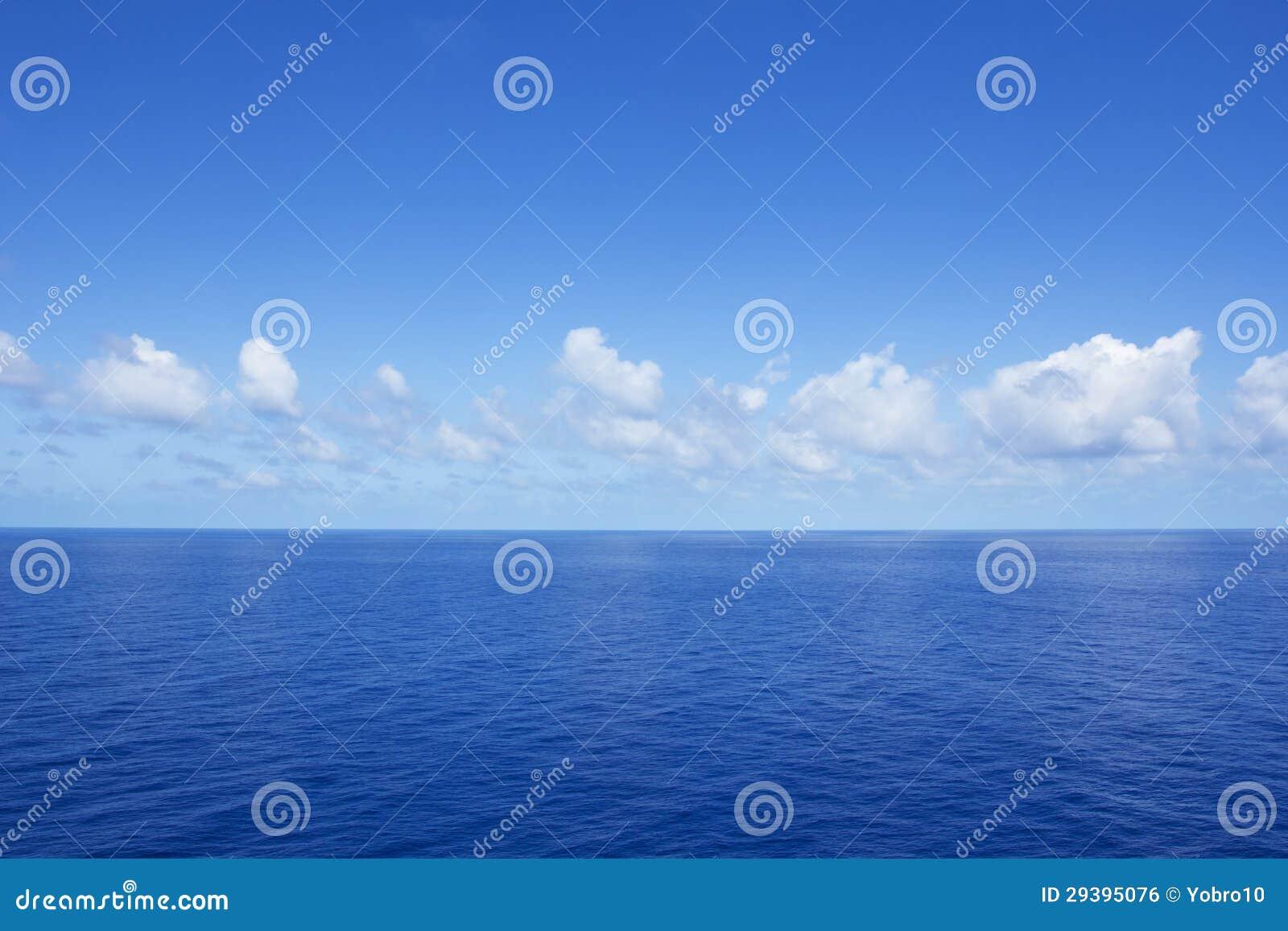 Lugnat vibrerande blåtthav