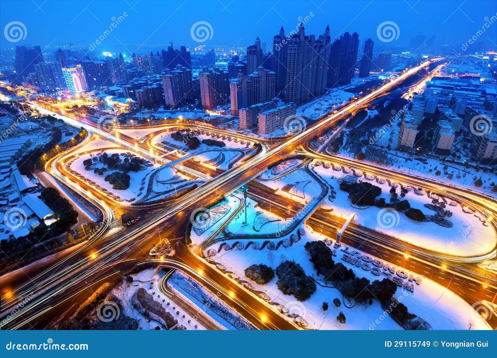Lui neve moderna di notte del viadotto della città