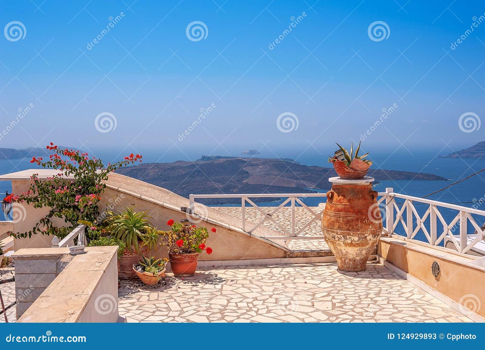 Luie rustige mening over de caldera van Thira op het mooie Griekse Eiland Santorini