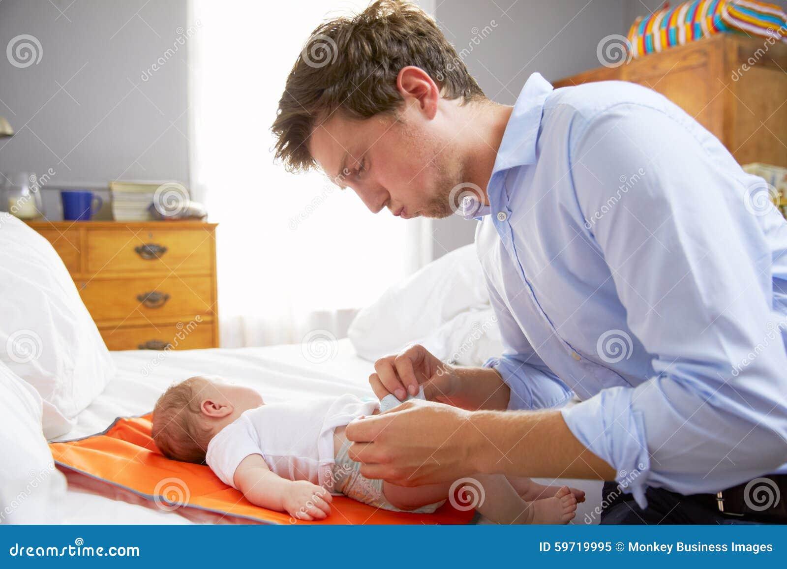 Luier van de baby van vaderdressed for work de veranderende in slaapkamer stock afbeelding - Baby meisje slaapkamer foto ...