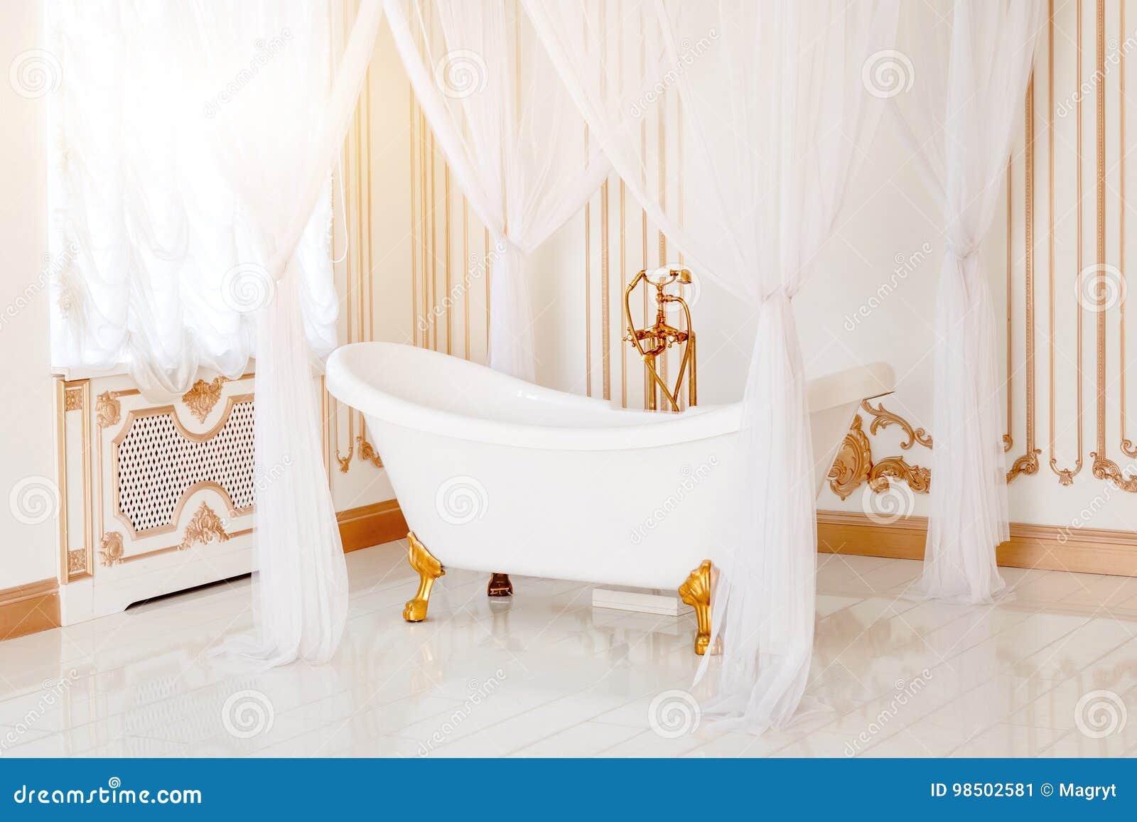 Luksusowa łazienka w lekkich kolorach z złotymi mebli szczegółami, baldachimem i Elegancki klasyczny wnętrze