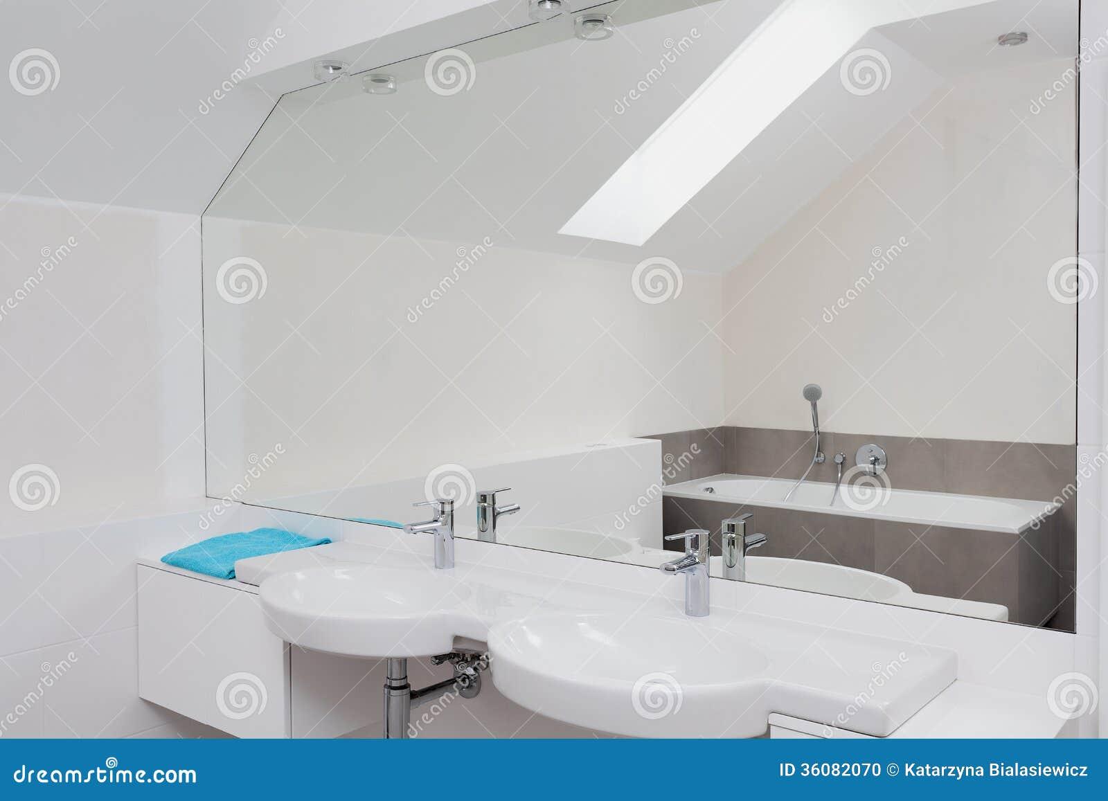 Luksusowa łazienka z ogromnym lustrem